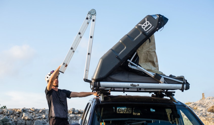 Installation manuelle d'une tente de toit V8