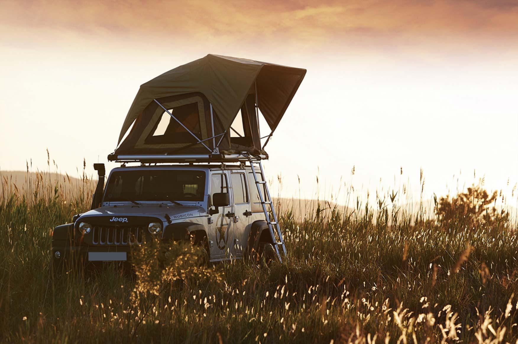 Voiture avec tente de toit V8